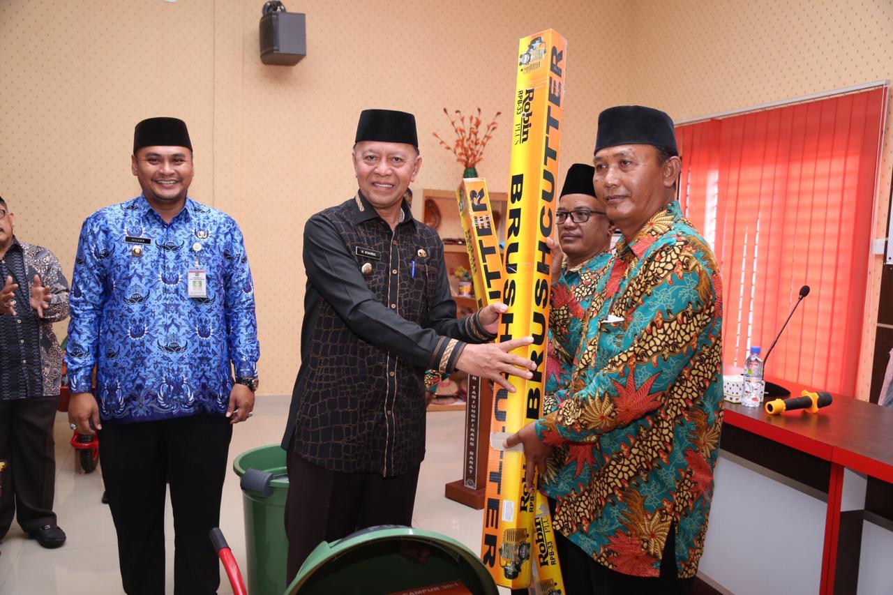 75 RT di Kelurahan Tanjungpinang Barat Terima Bantuan Peralatan Gotong Royong