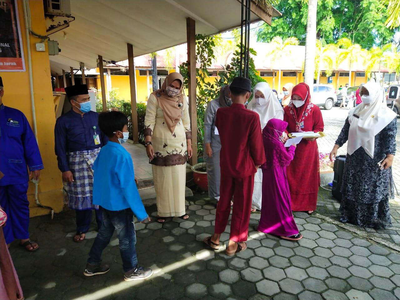 Dinas Pendidikan Tanjungpinang Salurkan Santunan untuk Kaum Duafa